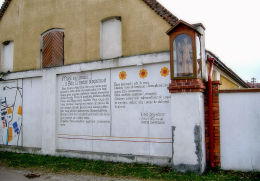 Kapliczka przy wjeździe na teren stadniny koni Antoniego Chłapowskiego. Jaszkowo, gmina Brodnica, powiat śremski.