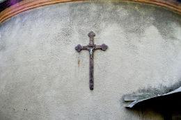 Krzyż pasyjny na ścianie kaplicy ufundowanej przez gen. Józefa Wybickiego. Manieczki, gmina Brodnica, powiat śremski.