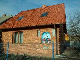 Kapliczka wnękowa w ścianie budynku nr 40. Mełpin, gmina Dolsk, powiat śremski.