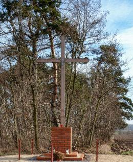 Krzyż przy drodze do Mełpina ustawiony w 1988 r. w miejscu wcześniejszego. Mórka, gmina Śrem, powiat śremski.