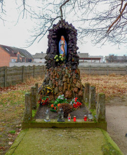 Kapliczka Matki Boskiej przy drewnianym kościele św. Jakuba. Żabno, gmina Brodnica, powiat śremski.