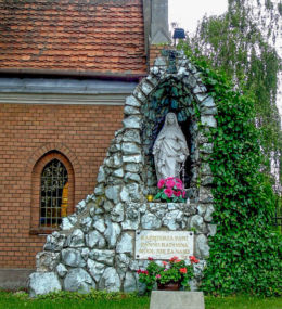 Grota Matki Boskiej przy kościele Narodzenia NMP. Kaźmierz, powiat szamotulski.