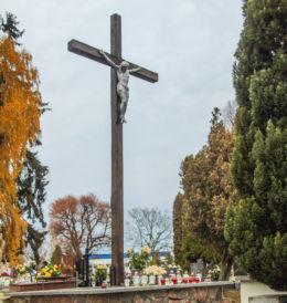 Krzyż wotywny na cmentarzu parafialnym. Kaźmierz, powiat szamotulski.