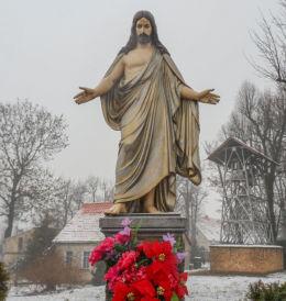 Figura Chrystusa Zbawiciela w ogrodzie plebańskim. Kaźmierz, powiat szamotulski.