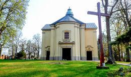 Krzyż i kościół św. Apostołów Piotra i Pawła . Obrzycko, powiat szamotulski.