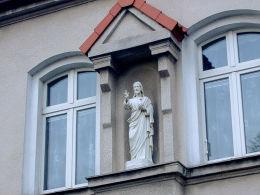 Figura Chrystusa w fasadzie domu zakonnego zgromadzenia zakonnego Sióstr Służebniczek Niepokalanego Poczęcia NMP (Służebniczek Maryi). Szamotuły, powiat szamotulski.