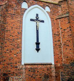 Krzyż pasyjny w blendzie kościoła – sanktuarium Matki Bożej Pocieszenia i św. Stanisława Bpa. Szamotuły, powiat szamotulski.