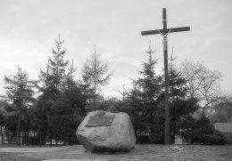 Krzyż i pomnik przy kościele – sanktuarium Matki Bożej Pocieszenia i św. Stanisława Bpa. Szamotuły, powiat szamotulski.