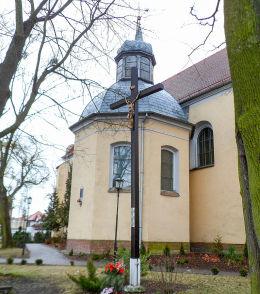 Krzyż misyjny przy kościele klasztornym pw. Świętego Krzyża. Szamotuły, powiat szamotulski.