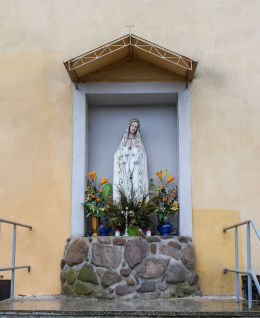 Kapliczka Matki Boskiej w murze budynku klasztornego franciszkanów. Szamotuły, powiat szamotulski.