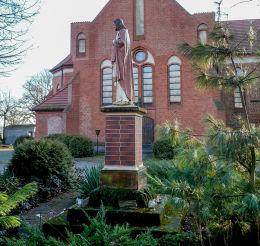 Figura Chrystusa przy kościele św. Jadwigi. Wilczyna, gmina Duszniki, powiat szamotulski.
