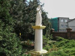 Figura św. Franciszka przy kościele franciszkanów. Wronki, powiat szamotulski.
