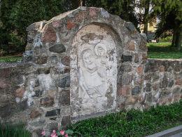 Kapliczka w murze otaczającym klasztor franciszkanów. Wronki, powiat szamotulski.
