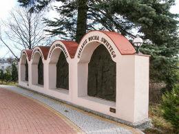 Kapliczki z płaskorzeźbami przy kościele św. Wita. Tuliszków, powiat turecki.