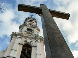 Krzyż i wieża kościoła św. Wita. Tuliszków, powiat turecki.