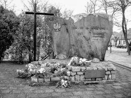 Krzyż i pomnik ofiar wojny. Władysławów, powiat turecki.
