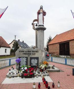 Figura Chrystusa i pomnik powstańców wielkopolskich. Błotnica, gmina Przemęt, powiat wolsztyński.