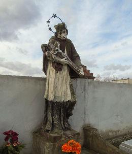 Barokowa figura św. Jana Nepomucena na cmentarzu parafialnym. Chobienice, gmina Siedlec, powiat wolsztyński.