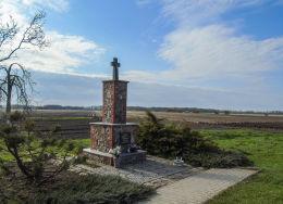 Przydrożny krzyż kamienny przy drodze do Chobienic. Godziszewo, gm. Siedlec, powiat wolsztyński.