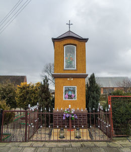 Kapliczka przydrożna Matki Boskiej przyulicy Stradyńskiej. Kębłowo, gmina Wolsztyn, powiat wolsztyński.