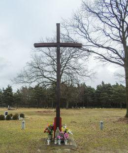 Drewniany krzyż na cmentarzu parafialnym. Kębłowo, gmina Wolsztyn, powiat wolsztyński.