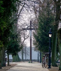 Drewniany krzyż na cmentarzu parafialnym. Kopanica, gmina Siedlec, powiat wolsztyński.