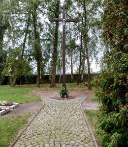 Krzyż na cmentarzu przy klasztorze. Obra, gmina Wolsztyn, powiat wolsztyński.