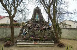 Grota Matki Boskiej z Lourdes przy kościele św. Walentego. Obra, gmina Wolsztyn, powiat wolsztyński.