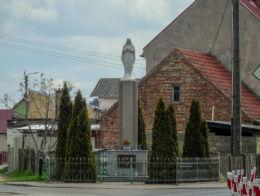 Przydrożna kapliczka słupowa Niepokalanego Serca Maryi przy ulicy Szkolnej. Obra, gmina Wolsztyn, powiat wolsztyński.