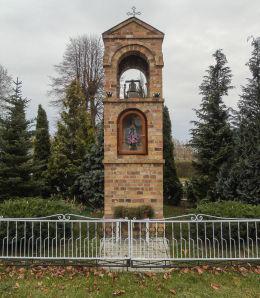 Kapliczka przydrożna Matki Boskiej przy ulicy Lipowej. Osłonin, gmina Przemęt, powiat wolsztyński.