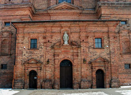 Kapliczka wnękowa w fasadzie kościoła pocysterskiego. Przemęt, powiat wolsztyński.