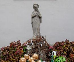 Figura Matki Boskiej na cmentarzu przy kościele św. Piotra i Pawła. Przemęt, powiat wolsztyński.