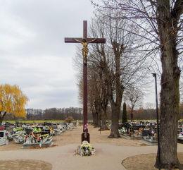 Krzyż w centrum cmentarza przy kościele św. Piotra i Pawła. Przemęt, powiat wolsztyński.
