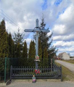 Metalowy krzyż przydrożny w centrum wsi. Reklin, gmina Siedlec, powiat wolsztyński.