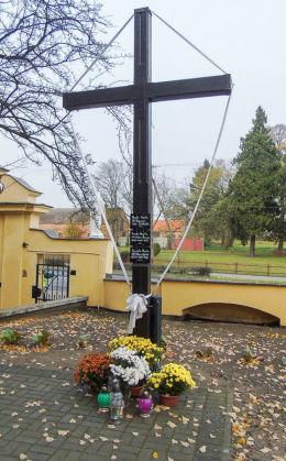 Krzyż przy kościele parafialnym św. Michała Archanioła. Siedlec, powiat wolsztyński.