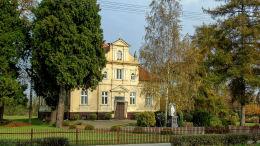 Kapliczka Matki Boskiej przed plebanią. Siedlec, powiat wolsztyński.