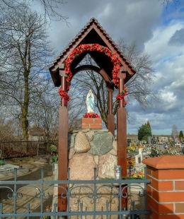 Kapliczka Matki Boskiej przy kościele Świętej Trójcy. Tuchorza, gmina Siedlec, powiat wolsztyński.