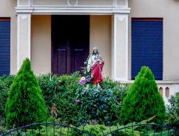 Figura Chrystusa przed plebanią, dawniej pastorówką. Tuchorza, gmina Siedlec, powiat wolsztyński.