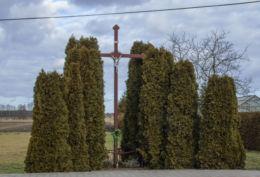 Metalowy krzyż przydrożny. Tuchorza, gmina Siedlec, powiat wolsztyński.