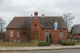 Kapliczka przydrożna z figurą Matki Boskiej z Dzieciątkiem przy ulicy Wczasowej. Wieleń, gmina Przemęt, powiat wolsztyński.