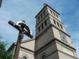 Krzyż i wieża kościoła poewangelickiego przy ulicy 5 Stycznia. Wolsztyn, powiat wolsztyński.