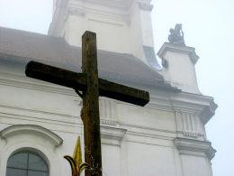 Krzyż przy kościele NMP Niepokalanie Poczętej. Wolsztyn, powiat wolsztyński.