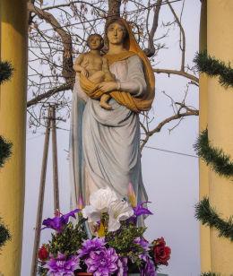 Przydrożna kapliczka Matki Boskiej u zbiegu ulic Głównej i Polnej. Żodyń, gmina Siedlec, powiat wolsztyński.
