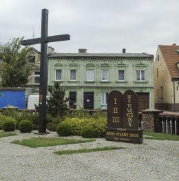 Krzyż misyjny przy kościele św. Jakuba Apostoła. Miłosław, powiat wrzesiński.