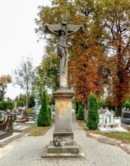 Kamienny krzyż na starym cmentarzu parafialnym. Września, powiat wrzesiński.