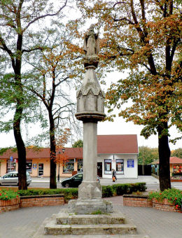 Figura św. Stanisława Biskupa przy placu jego imienia. Września, powiat wrzesiński.