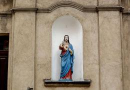 Figura Chrystusa we wnęce w fasadzie Domu Parafialnego. Września, powiat wrzesiński.