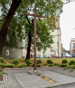 Krzyż przy kościele farnym. Września, powiat wrzesiński.