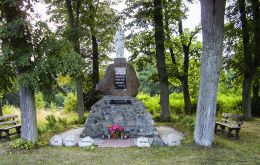 Figura Matki Boskiej ustawiona na starym cokole pomnika upamiętniajacego mieszkańców Płytnicy poległych w I wojnie światowej. Płytnica, gmina Tarnówka, powiat złotowski.