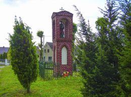 Kapliczka słupowa na terenie plebani kościoła Swiętej Trójcy. Głubczyn, gmina Krajenka, powiat złotowski.
